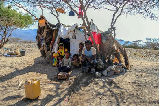 أسرة يمنية تعيش فى خيمة بسيطة فى مخيم بتعز