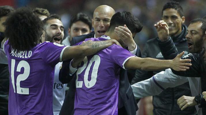 احتفال زيدان مع نجوم ريال مدريد بعد التعادل مع أشبيلية