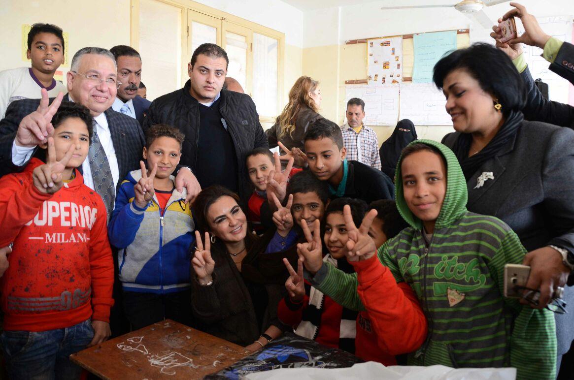 وزيرة التعاون الدولى سحر نصر مع طلاب المدارس بسوهاج (1)
