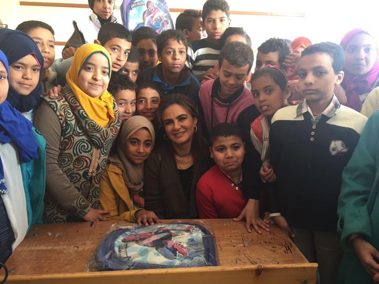وزيرة التعاون الدولى سحر نصر مع طلاب المدارس بسوهاج (3)