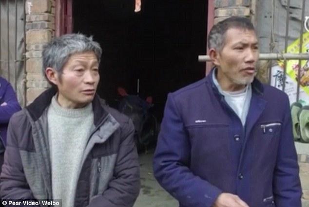 نجل المسن الصينى (يمين) أثناء تحدثه مع وسائل الإعلام عن ملابسات عودة والده من الموت