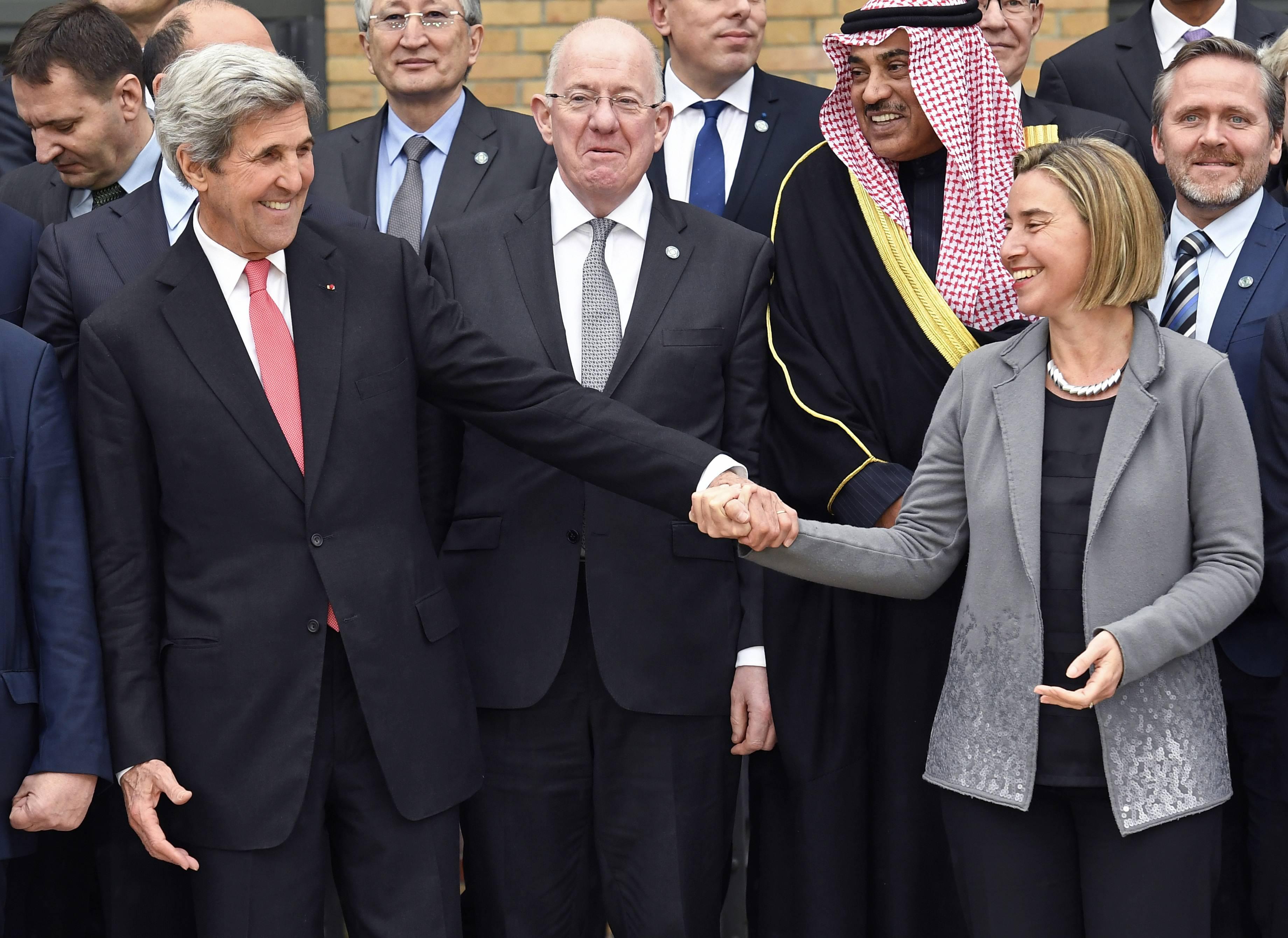 وزير  الخارجية الامريكى جون كيري يصافح فيديريكا موجيريني