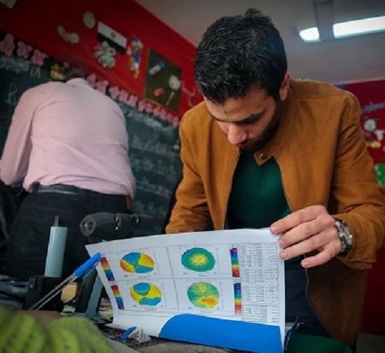 طبيب يكتب كشف لأحد المرضى