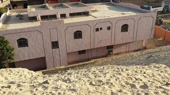 الوحدة الصحية مدفونه داخل الرمال