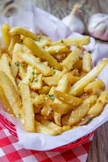 طريقة عمل البطاطس المحمرة بالثوم2