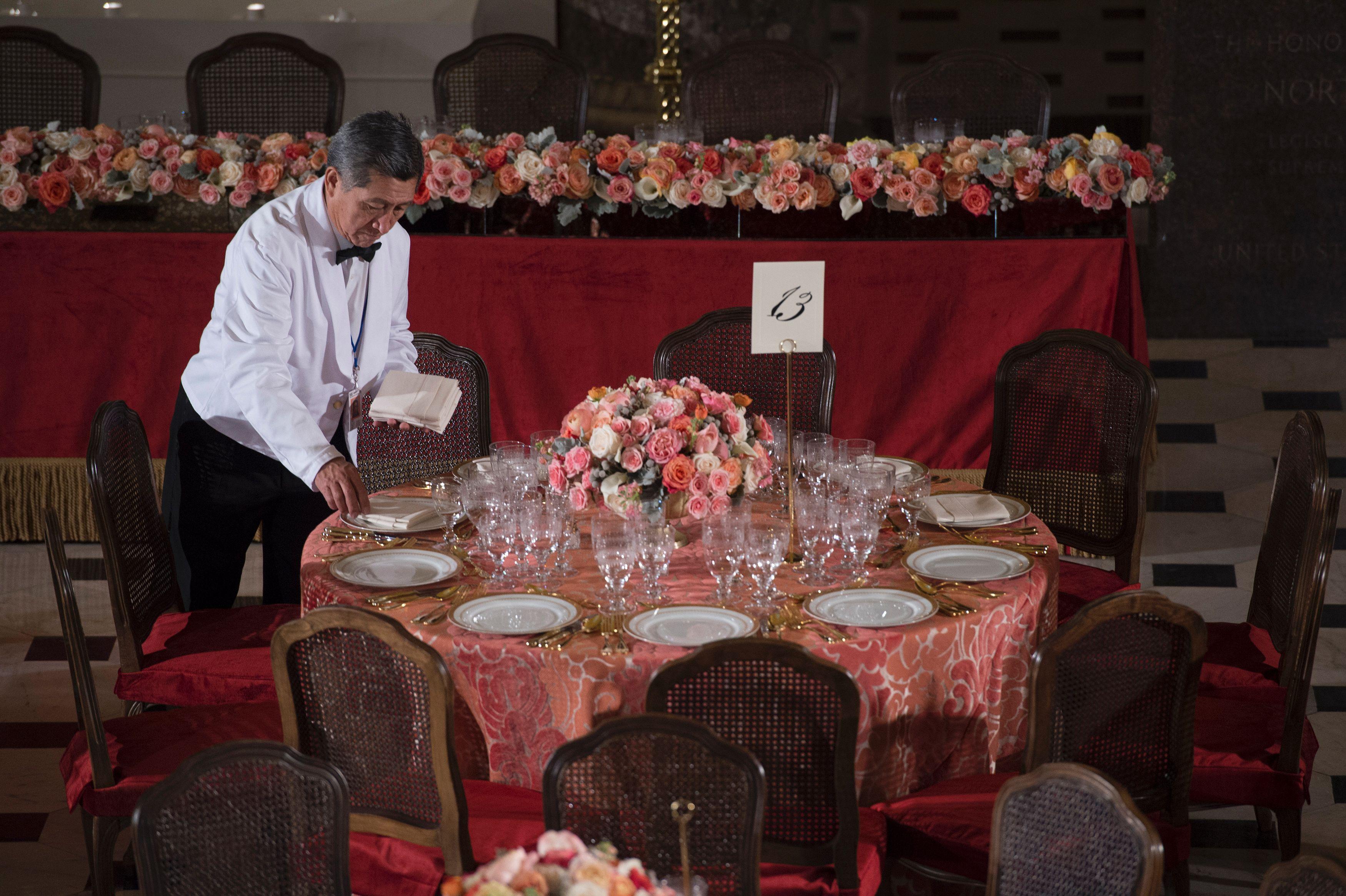 استعدادات حفل العشاء بعد حلف اليمين