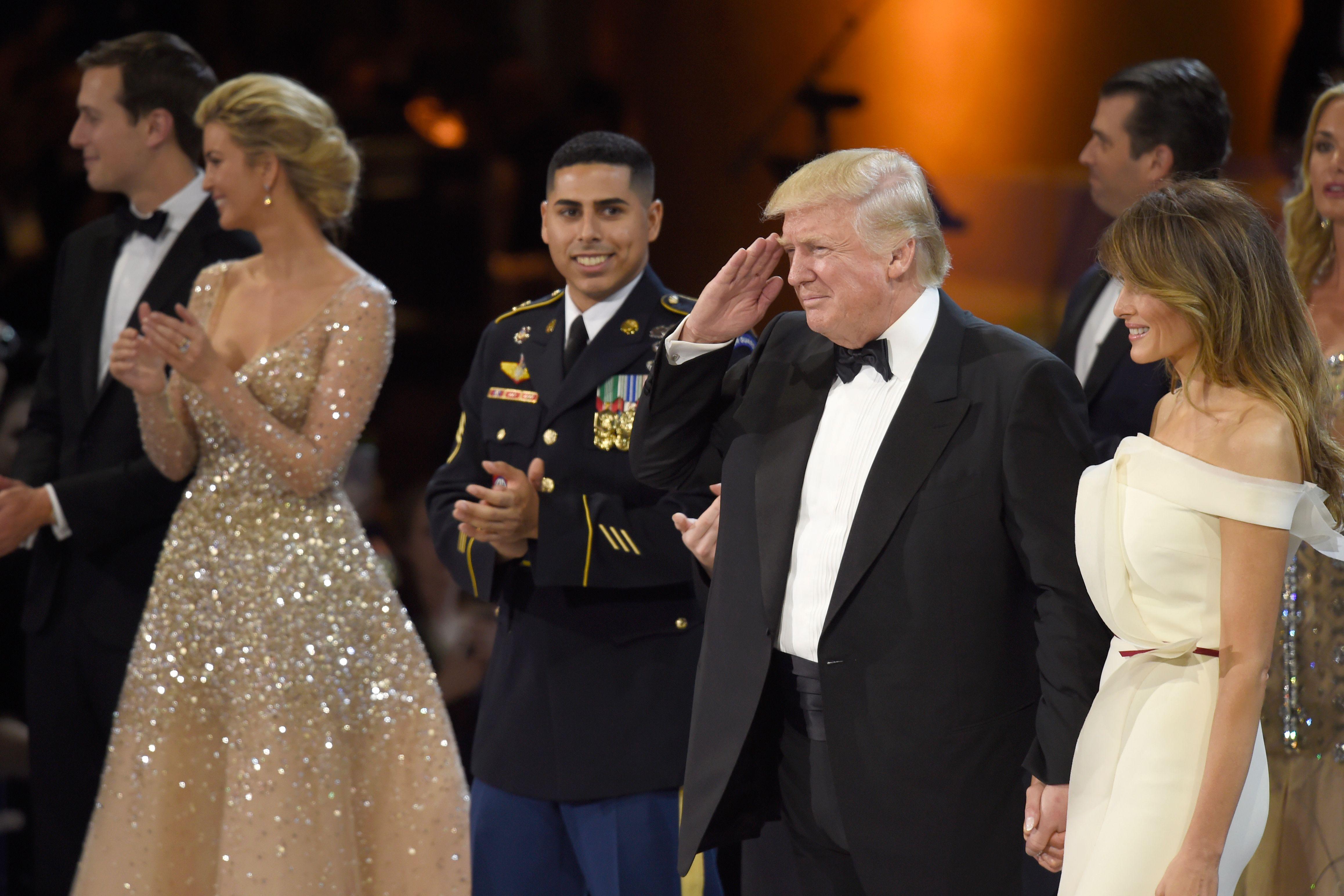 ترامب يحيى الحضور فى حفل التنصيب