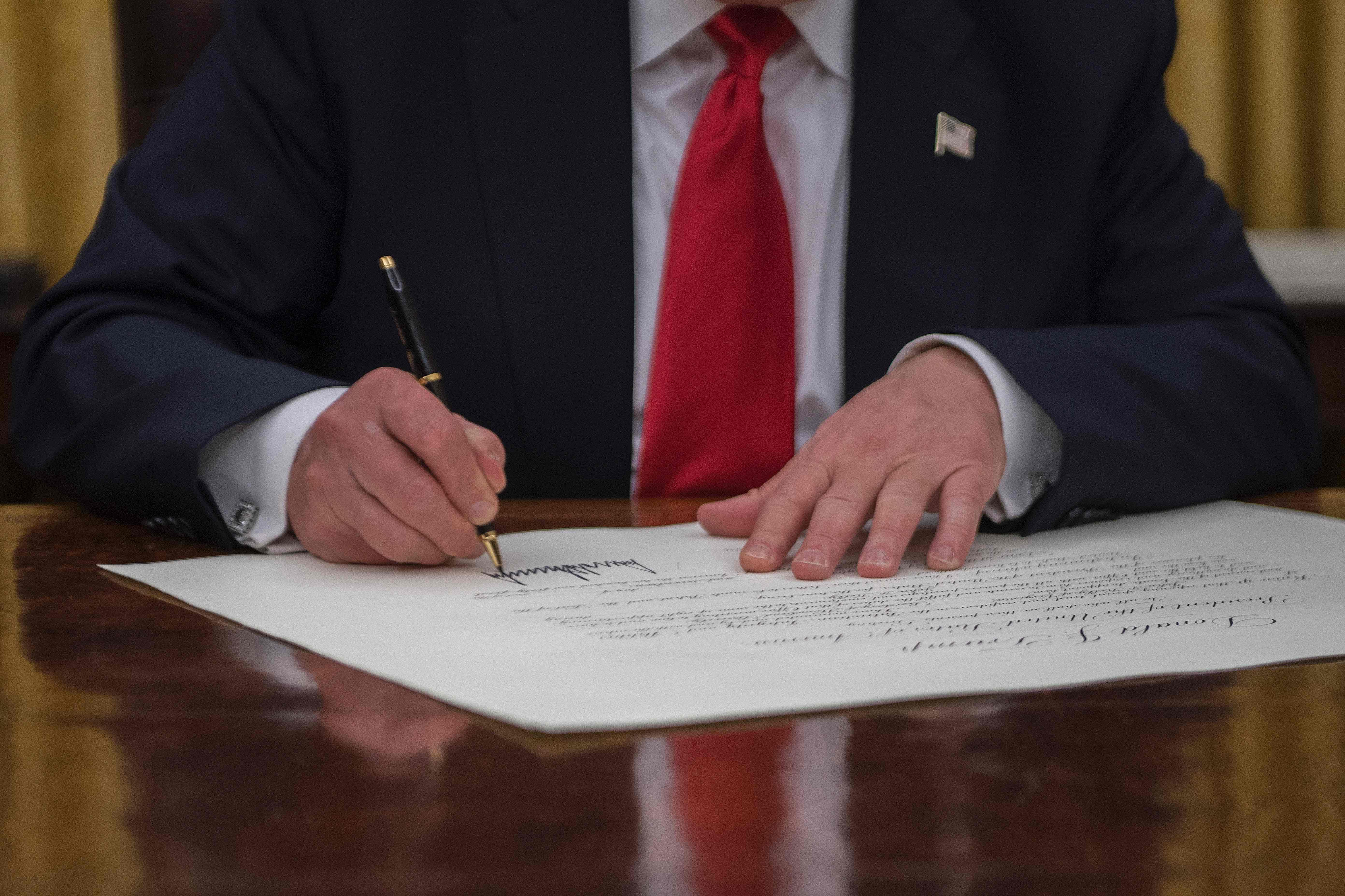 ترامب يوقع على قرار اعتماد جون كيلى وزيرا للأمن الداخلى