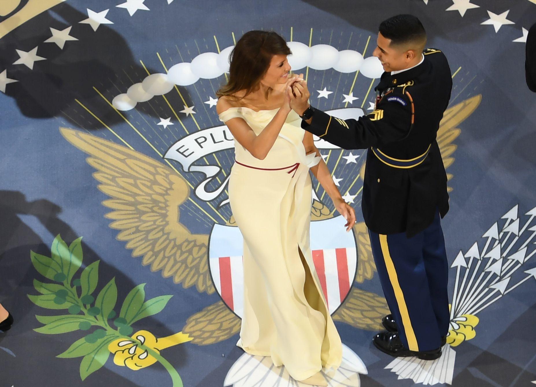 ميلانيا فى رقصة احتفالية مع أحد أفراد القوات