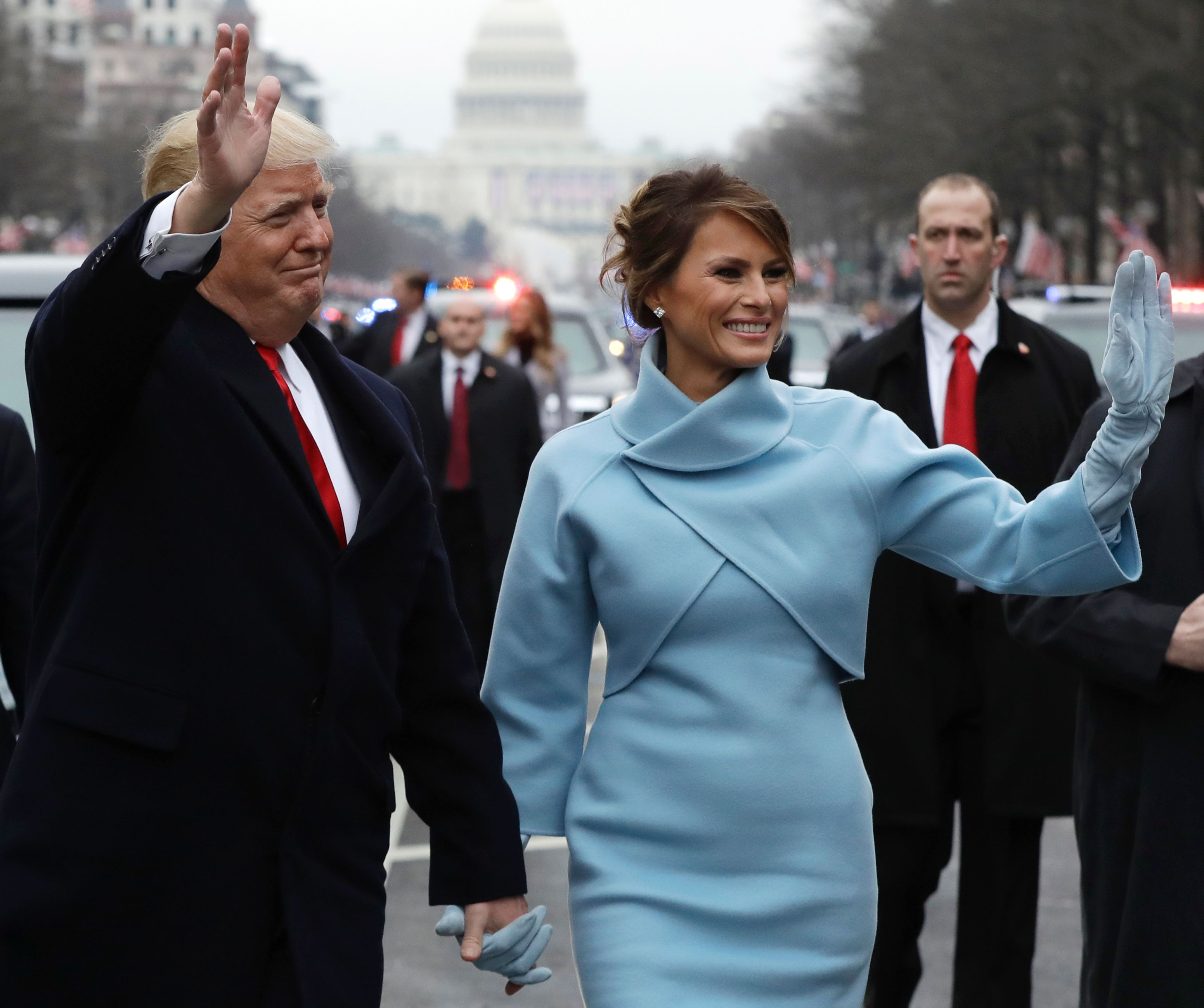 ترامب وميلانيا يوجهان التحية للجماهير لدى وصولهما البيت الأبيض
