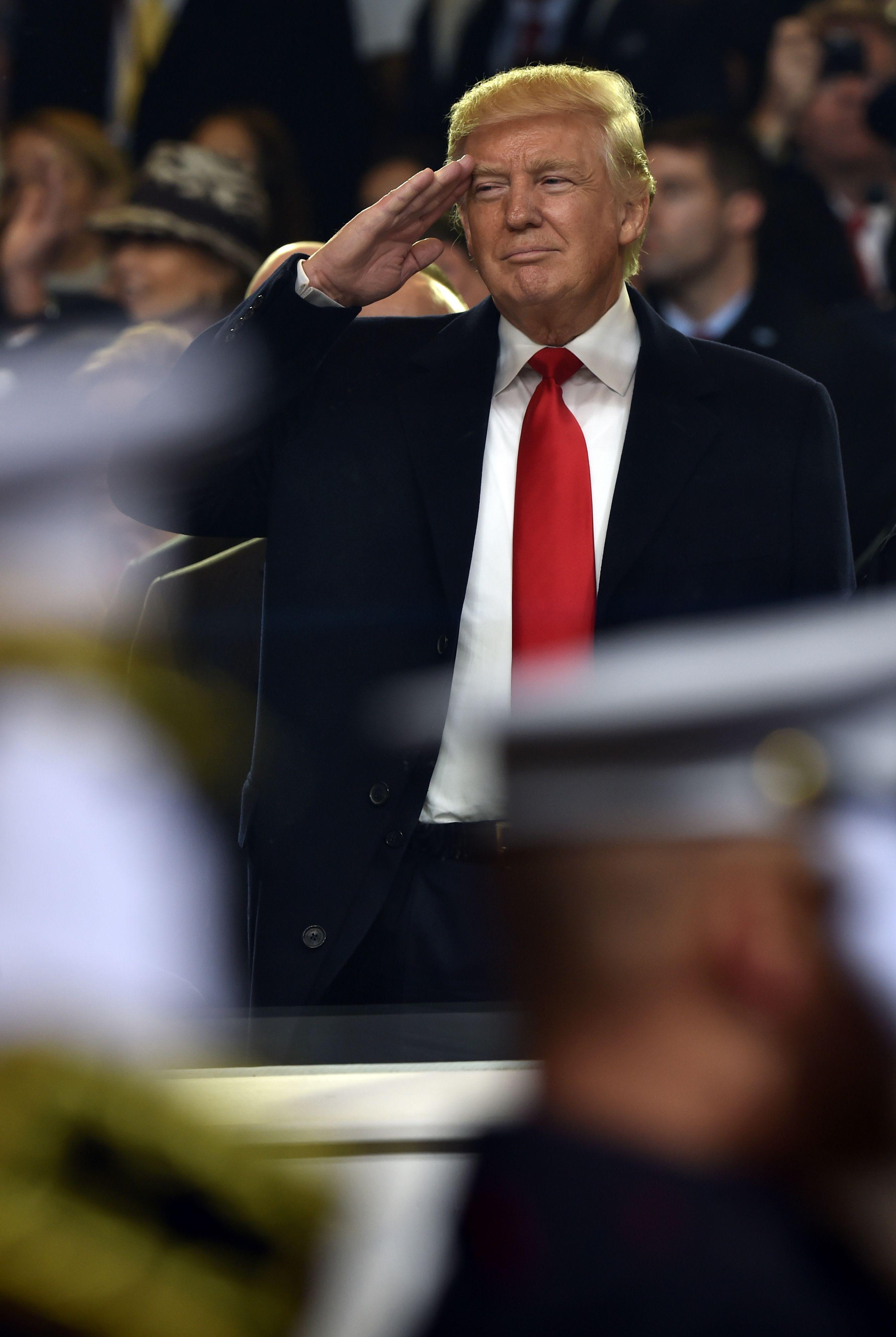 بالصور.. دونالد ترامب يؤدى التحية العسكرية للعرض العسكرى فى البيت الأبيض -  اليوم السابع