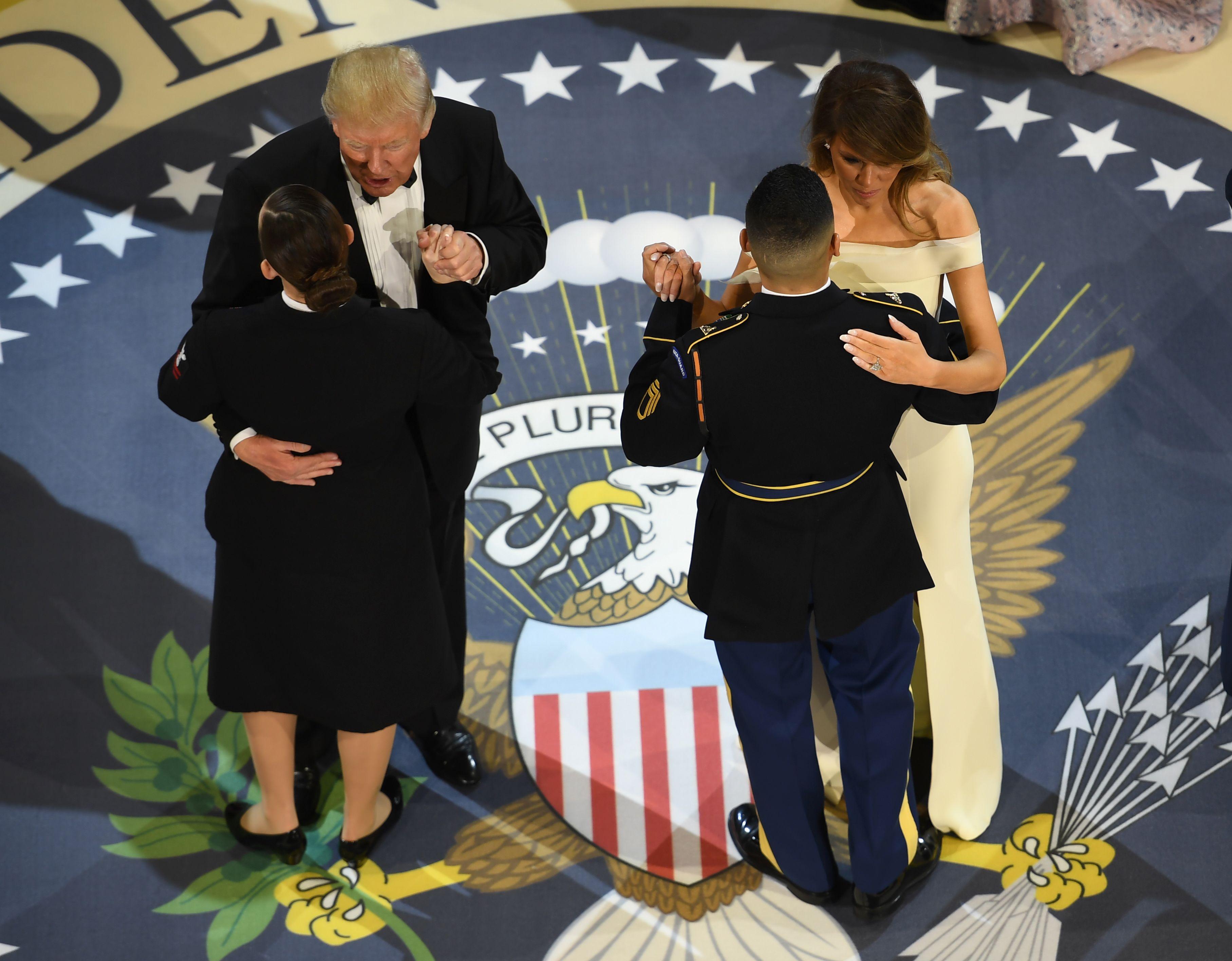 ميلانيا وترامب يتبادلان الرقص مع أفراد القوات الأمريكية