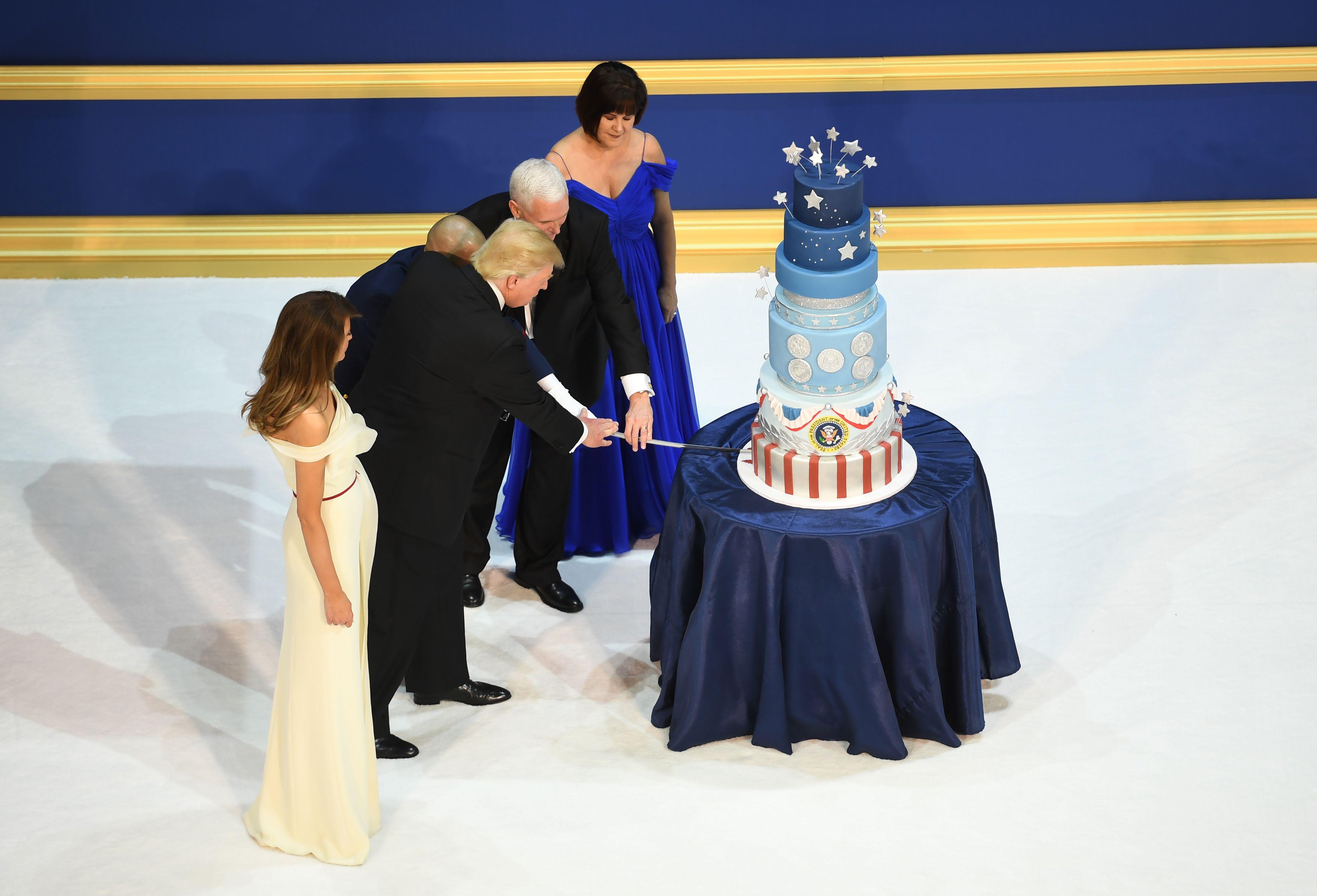 ترامب وميلانيا مع تورتة الاحتفال