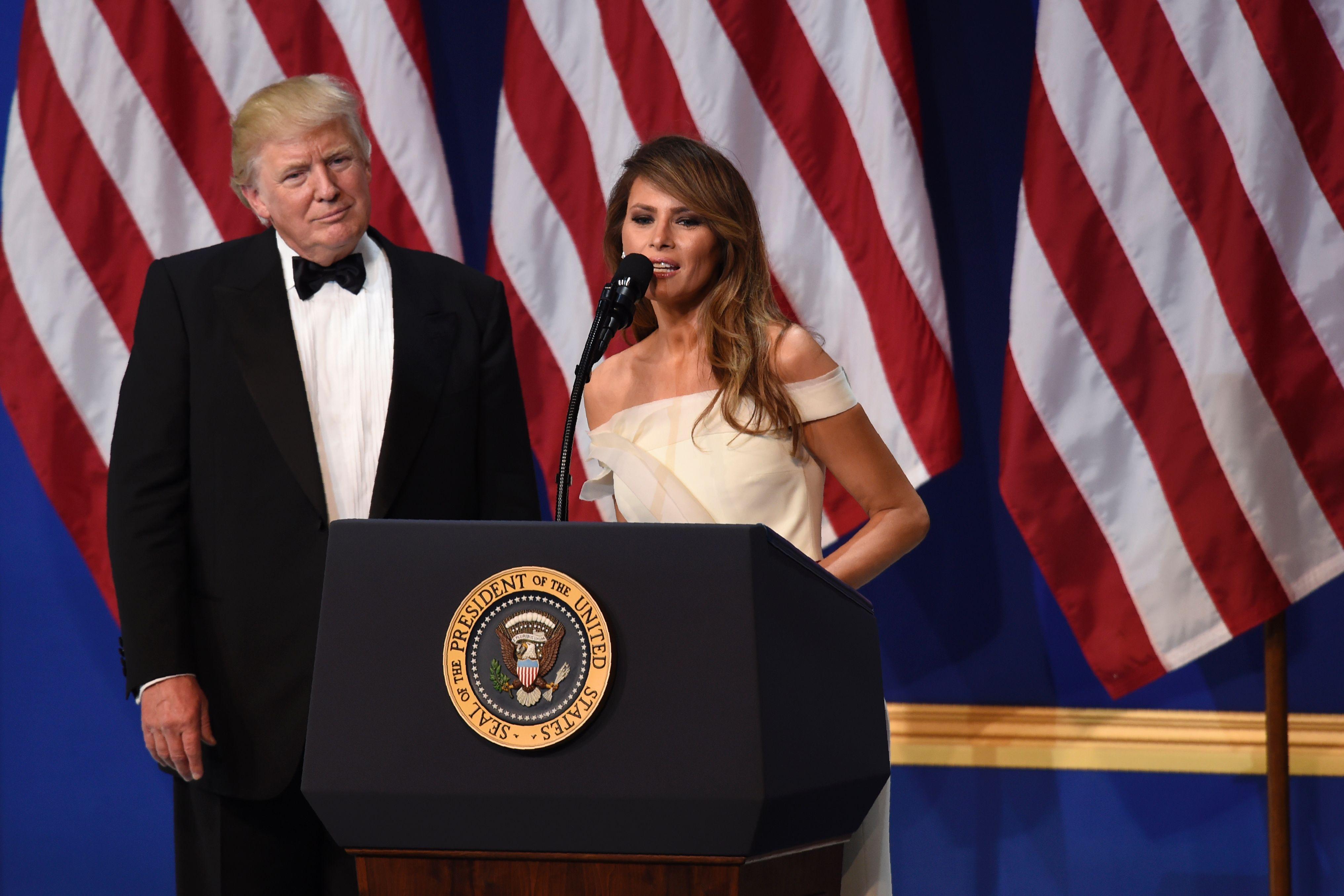 ترامب وميلانيا يوجهان التحية للحضور فى اخر حفلات التنصيب