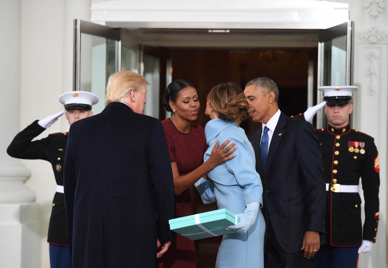 ميلانيا تقبل ميشيل أوباما