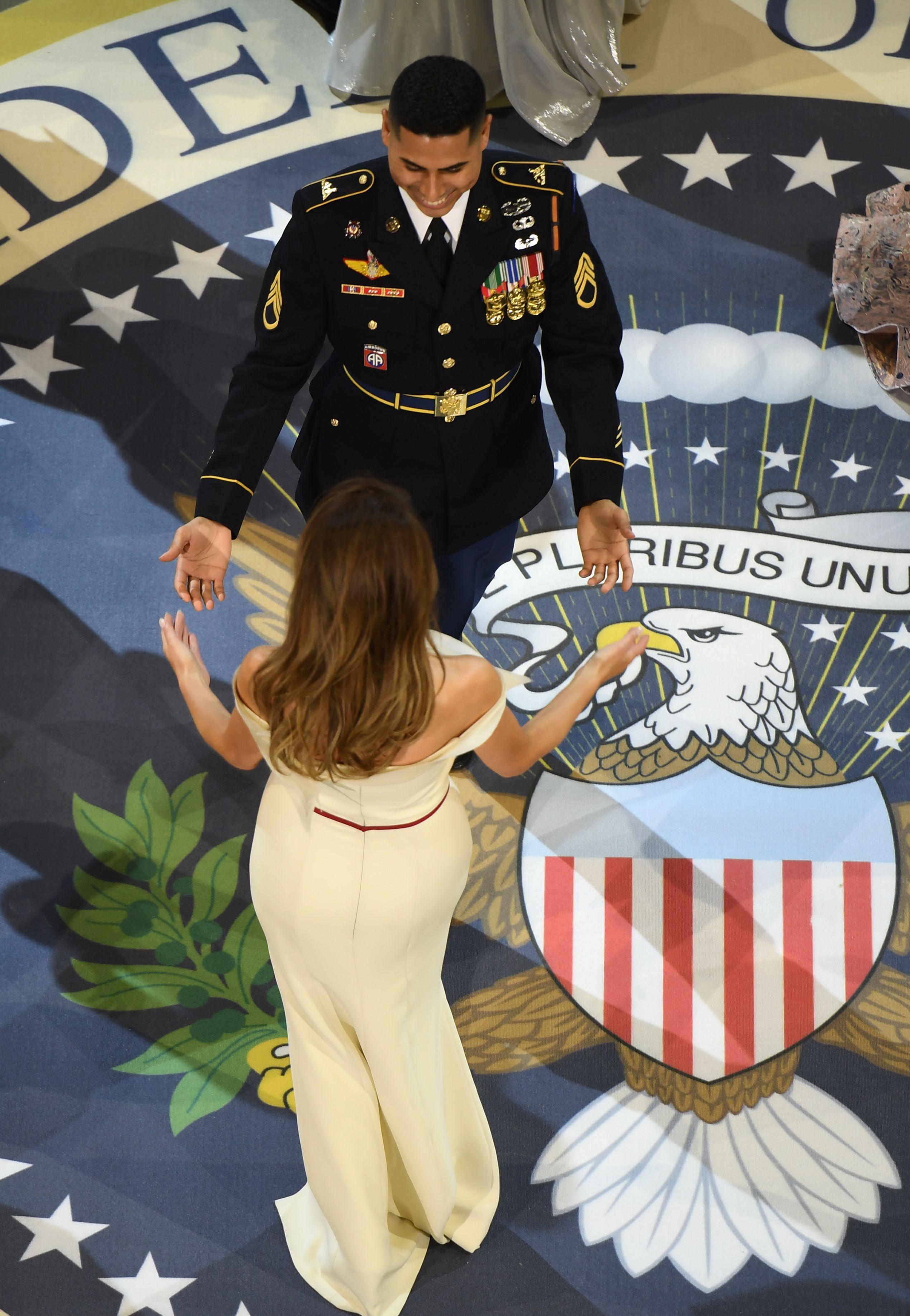 ميلانيا ترقص مع أحد أفراد القوات الأمريكية