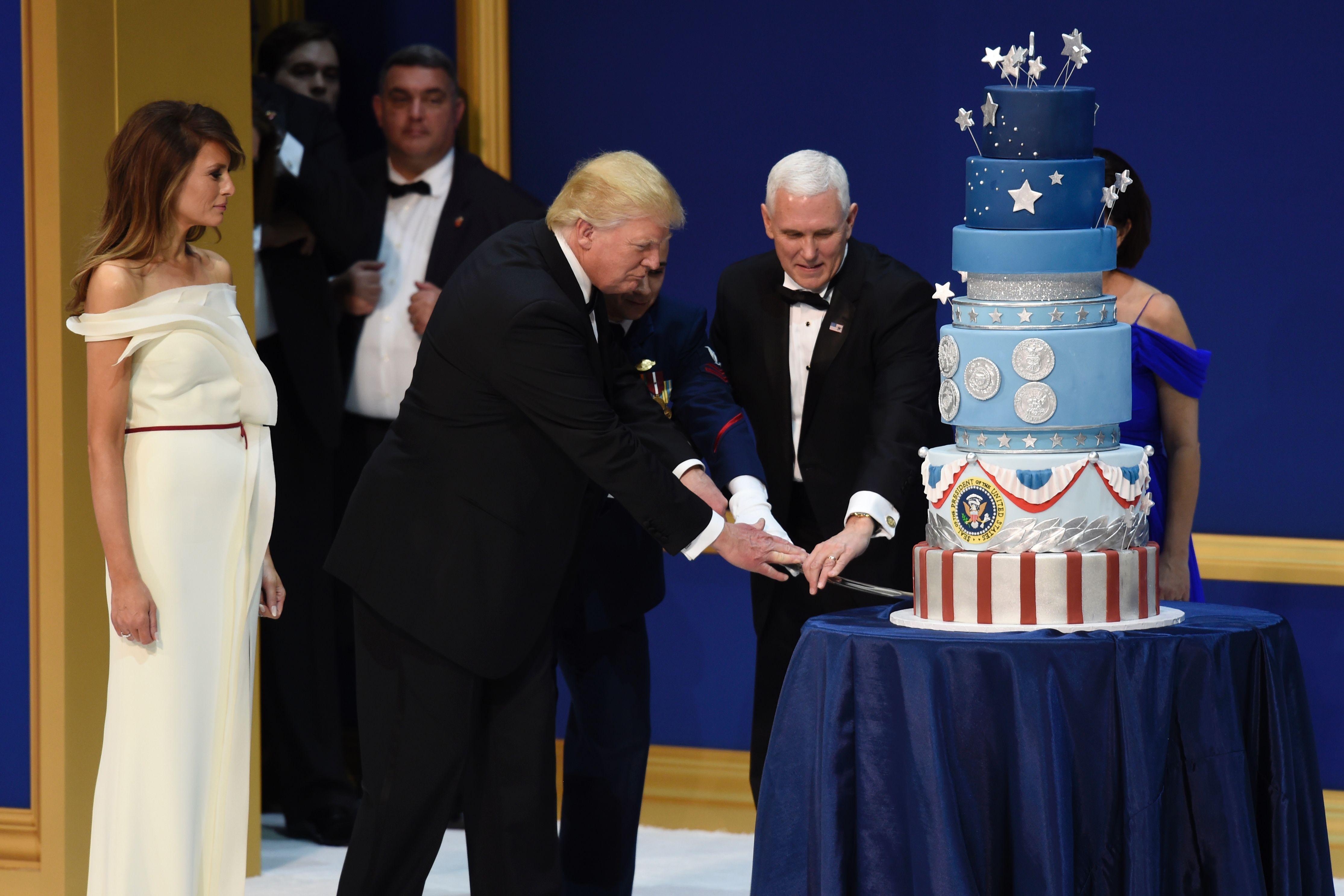 ترامب يقطع تورتة الاحتفال