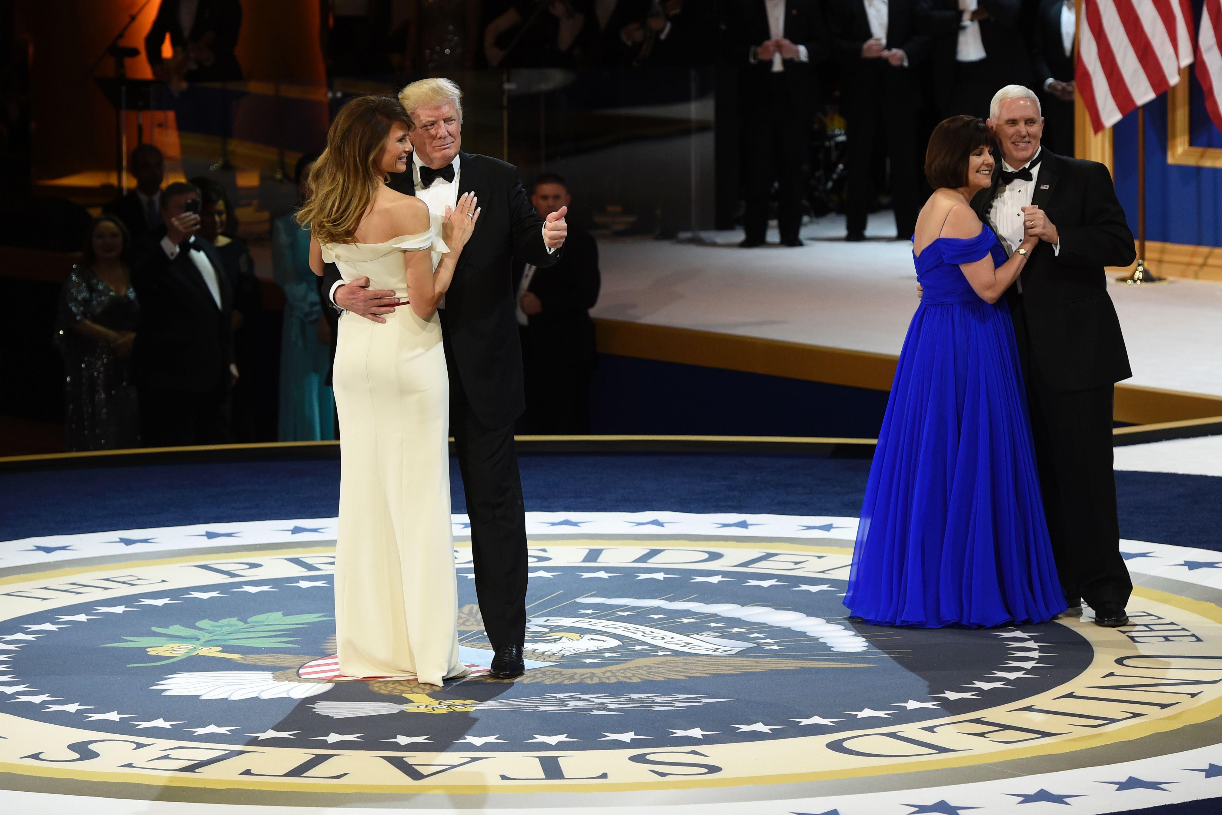 الحضور يشاركون ترامب وميلانيا رقصة الاحتفال