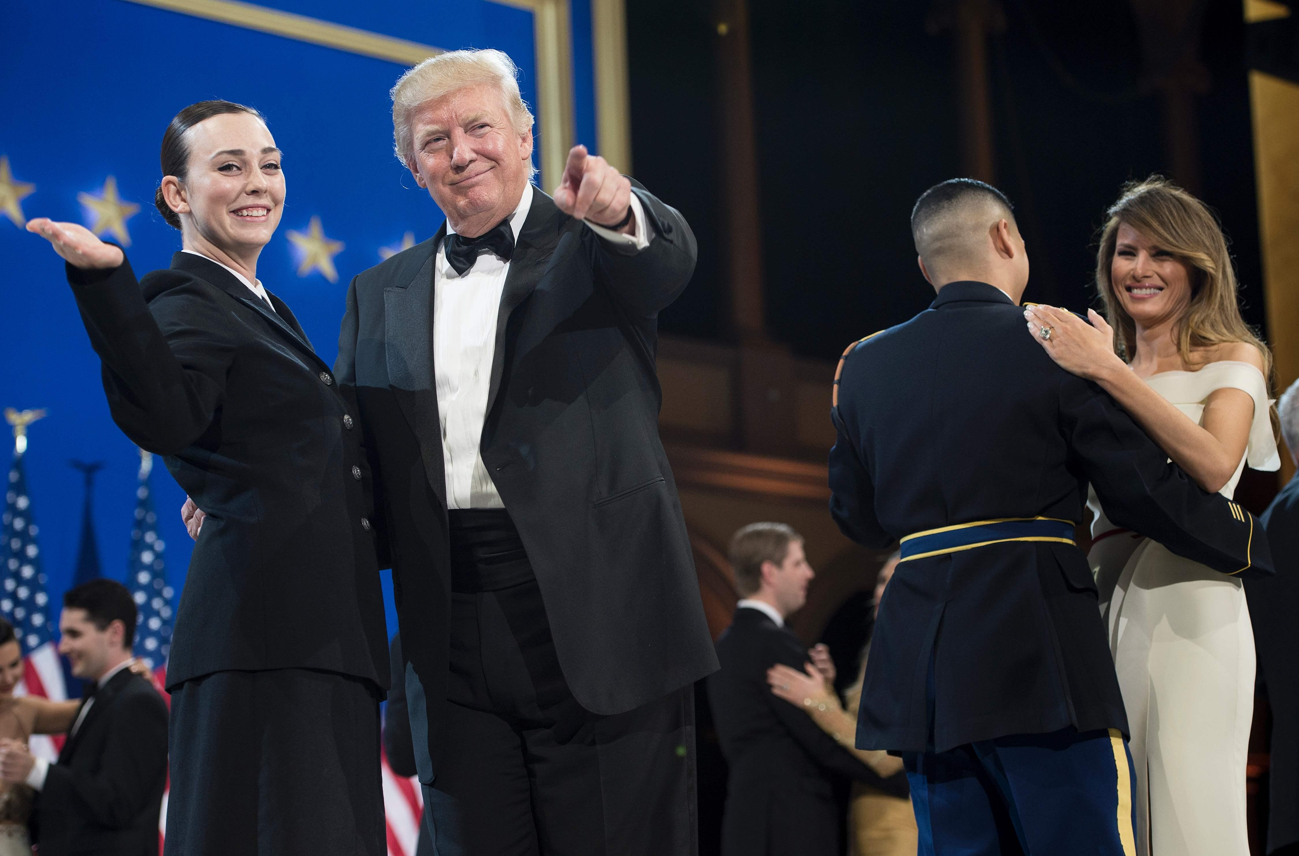 ترامب يداعب الحضور برفقة إحدى الضابطات