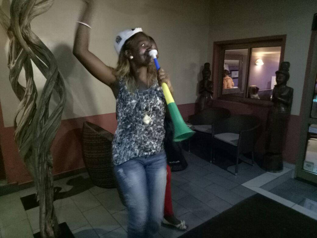 عاملات الفندق ترقصن مع لاعبي المنتخب3