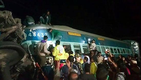 قطار الهند بعد انحرافه عن القضبان