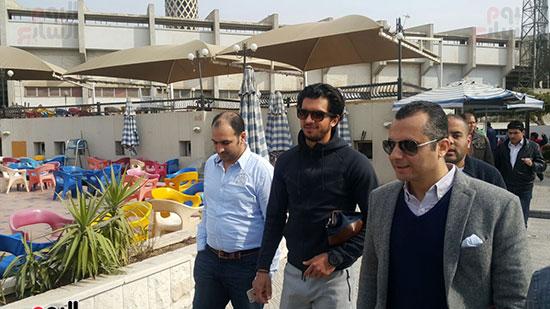 عمرو بركات يلتقط صورة بـ تى شيرت الأهلى