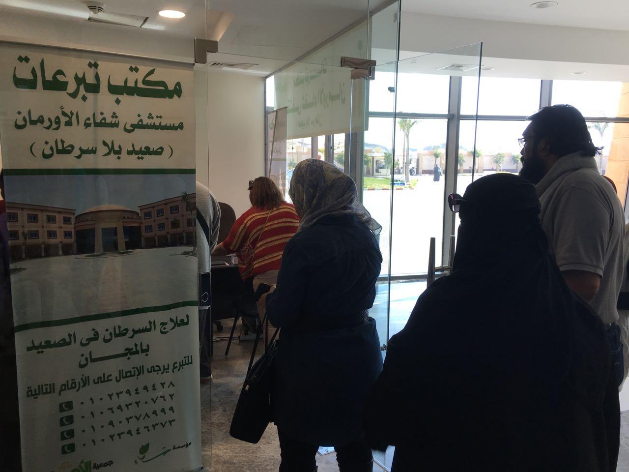 4- الفنانين يقدمون التبرعات للمستشفي