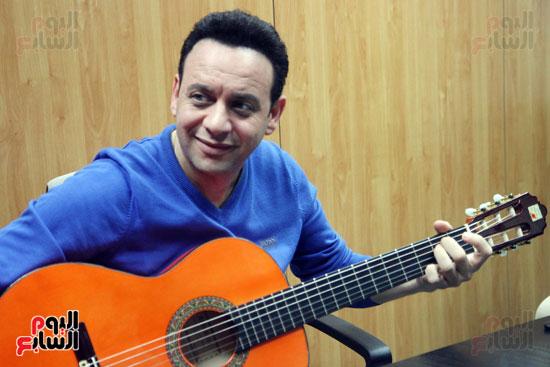 مصطفى قمر مع الجيتار الخاص به