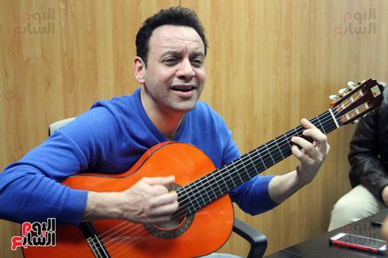 مصطفى قمر يغنى أغنية من اغنيات البومه الجديد