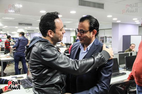 مصطفى قمر يصافح رئيس التحرير التنفيذى دندراوى الهوارى