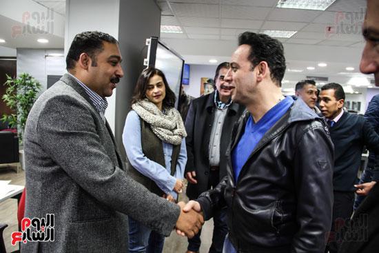 مصطفى قمر يصافح الزميل كريم عبد السلام