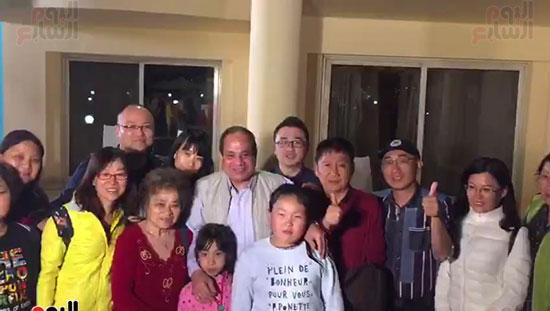 الرئيس وصورة تذكارية مع مجموعة من السائحين