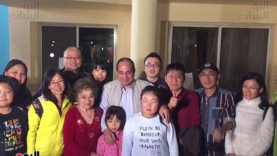 فرحة السياح بالتقاط الصور مع الرئيس