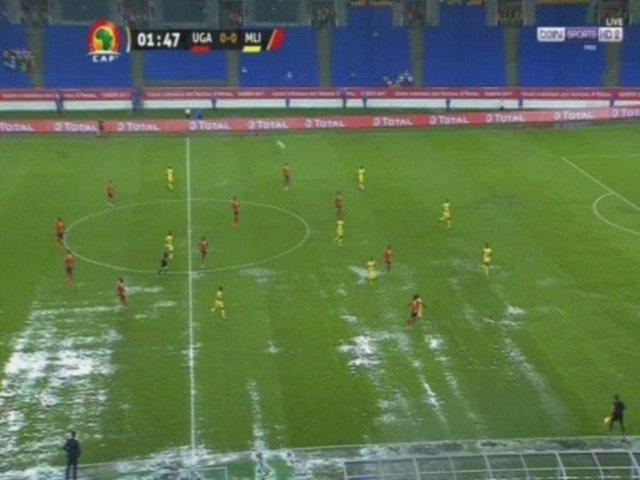 ملعب المباراة ممتلئ بالأمطار