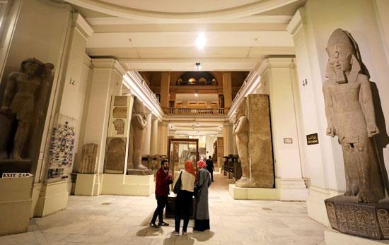 مصريين داخل المتحف المصرى