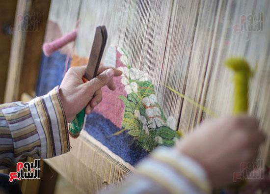 الخيوط ترسم لوحتها على السجادة اليدوية