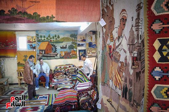 على الحائط رسومات توضح أحد أهم أنواع سجاد الحرانية