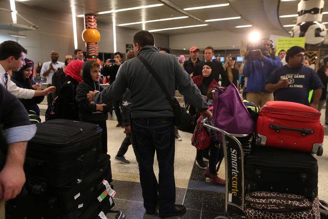 احتجاجات فى  مطار جورج بوش الدولي في هيوستن