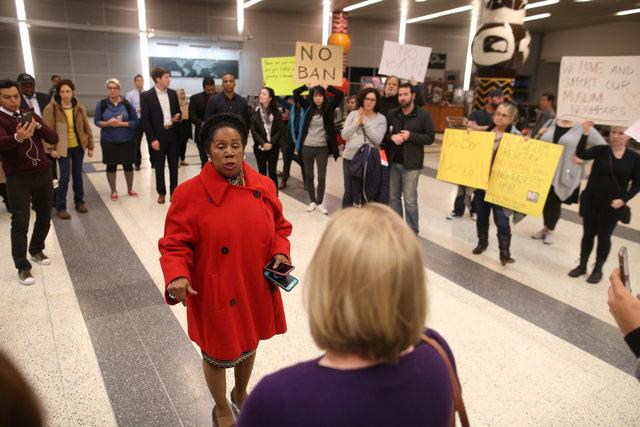 الممثل الأمريكي شيلا جاكسون لي يتحدث إلى المتظاهرين في مطار جورج بوش الدولي في هيوستن