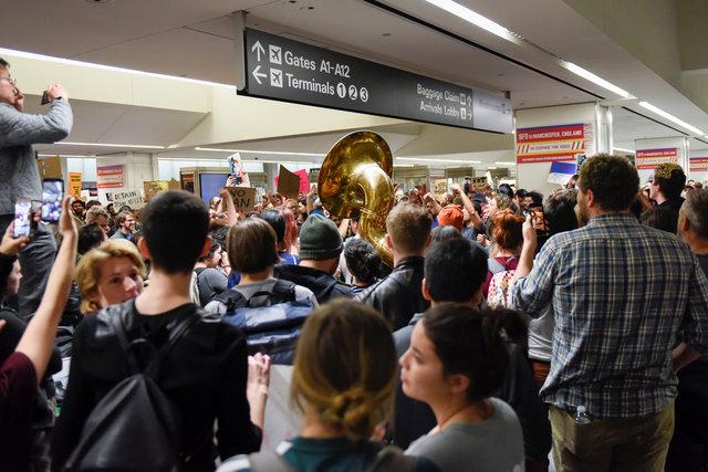 متظاهرون يحتجون على قرارات ترامب فى مطار سان فرانسيسكو