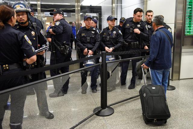 الشرطة تعيد توجيه المسافرين فى مطار سان فرانسيسكو