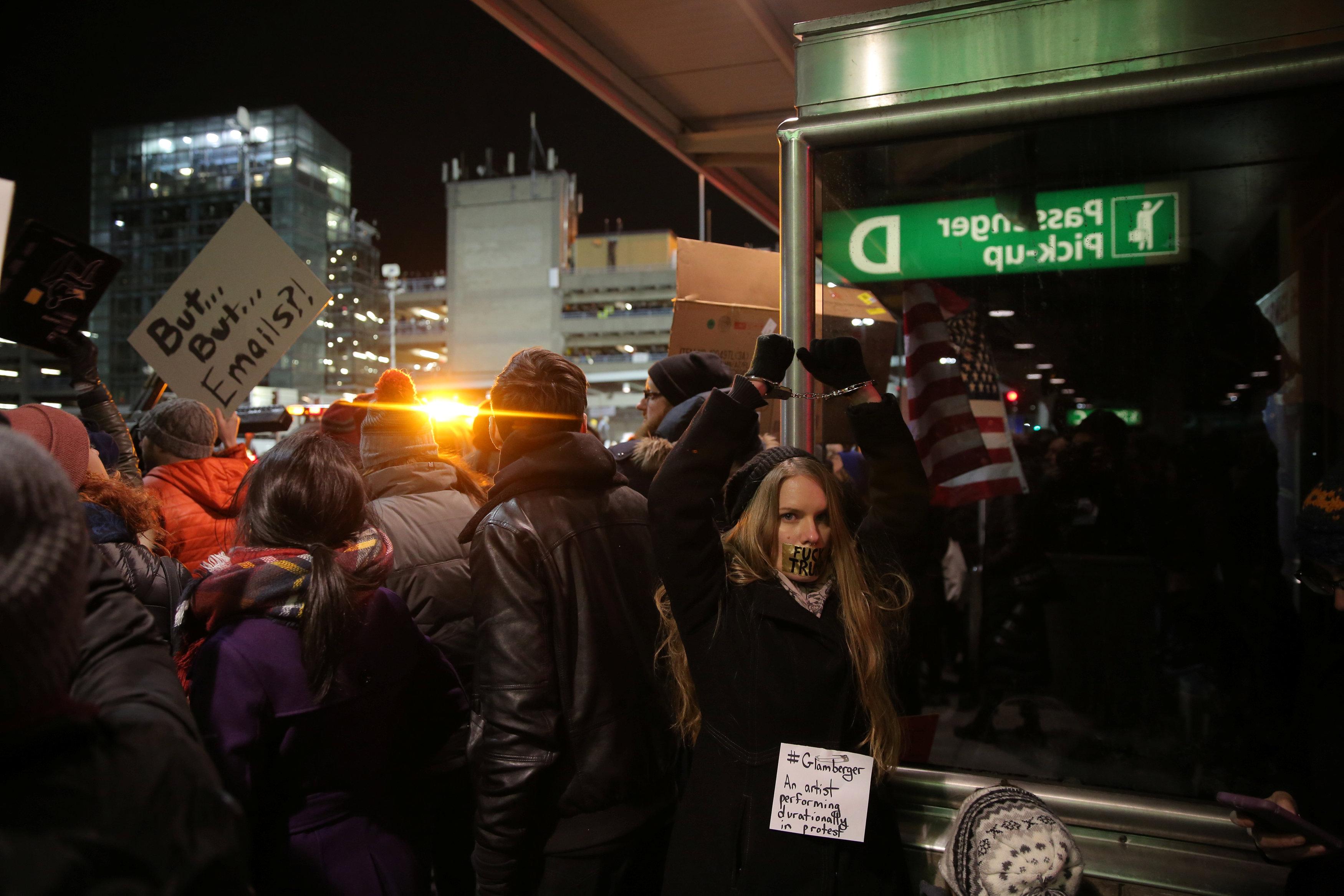 فوضى وتظاهرات فى عدة مطارات أمريكية بسبب قرار اللاجئين