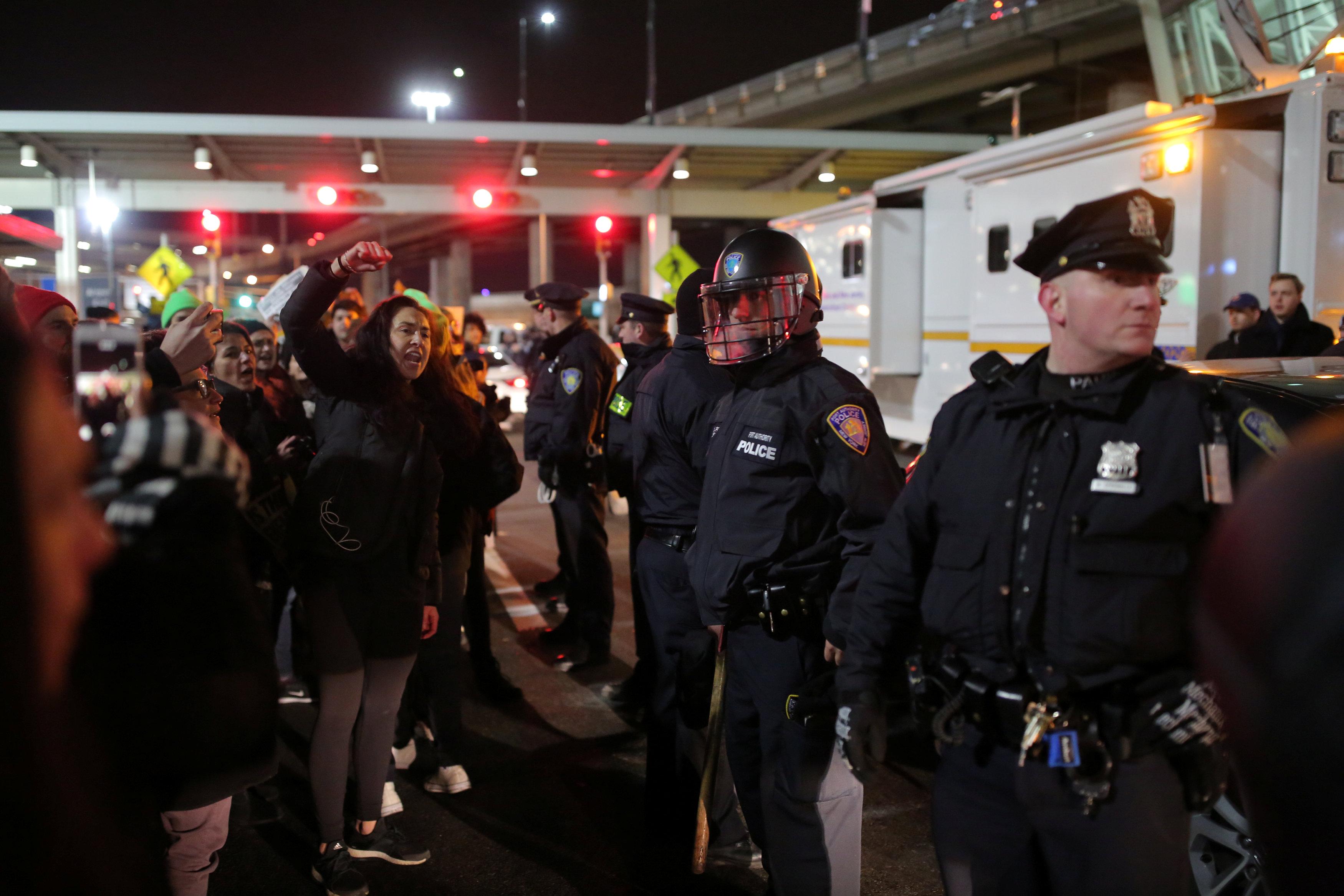 تشديد الإجراءات الأمنية بعد فوضى اجتاحت المطارات بسبب قرارات ترامب