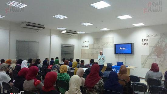 ندوة عن المنح الأمريكية لشباب المحافظة داخل المكتبة