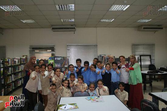 سعادة طلاب مدرسة طارق بن زياد الإبتدائية خلال تواجدهم بمكتبة الأقصر العامة