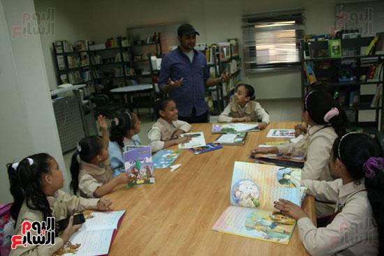 المنسق الإعلامى للمكتبة يشرح للطلاب أهمية القراءة خلال زيارتهم
