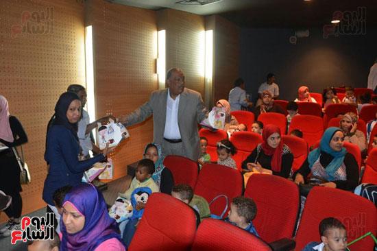 مدير المكتبة محمد عباس يقوم بتوزيع الوجبات على الأطفال بنفسه خلال فعاليات المكتبة