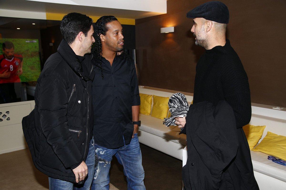 جوارديولا مع رونالدينيو ومايكل أرتيتا
