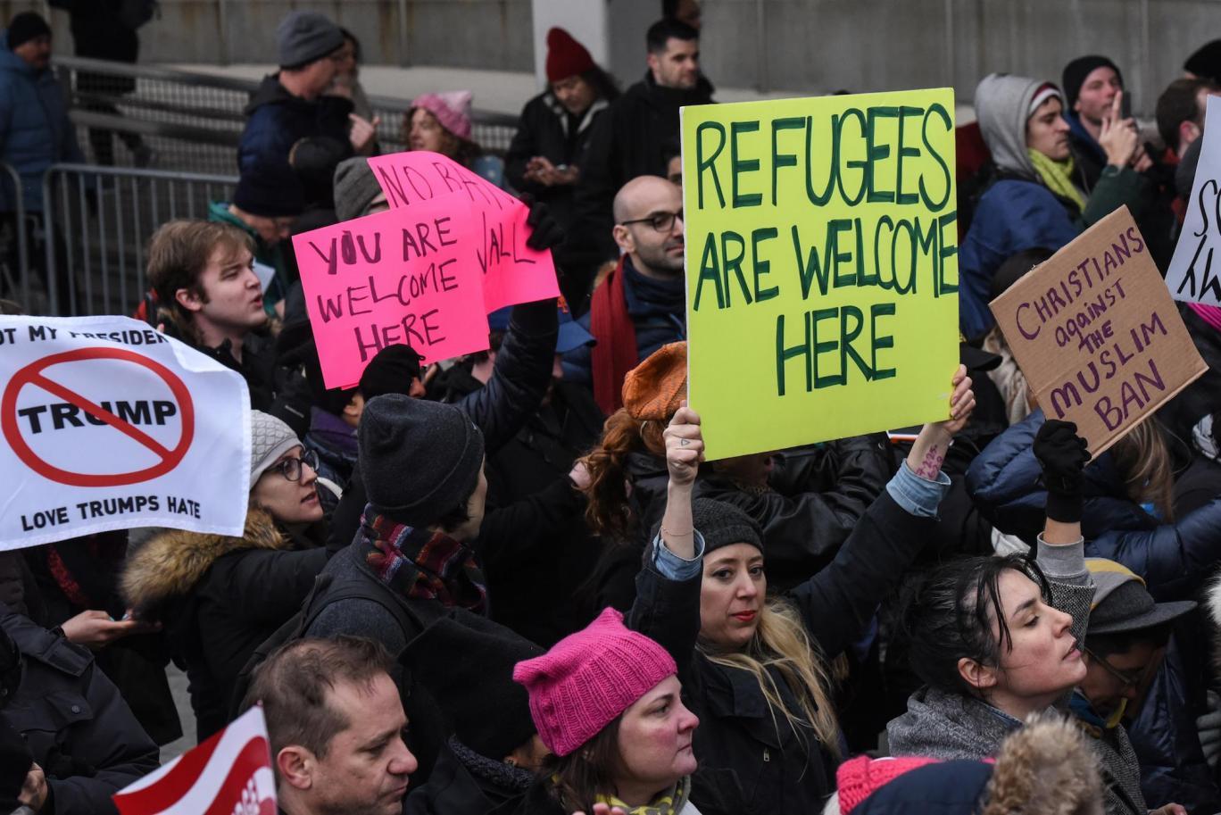 مظاهرات بريطانيا يرفعون شعار اللاجئون مرحب بهم