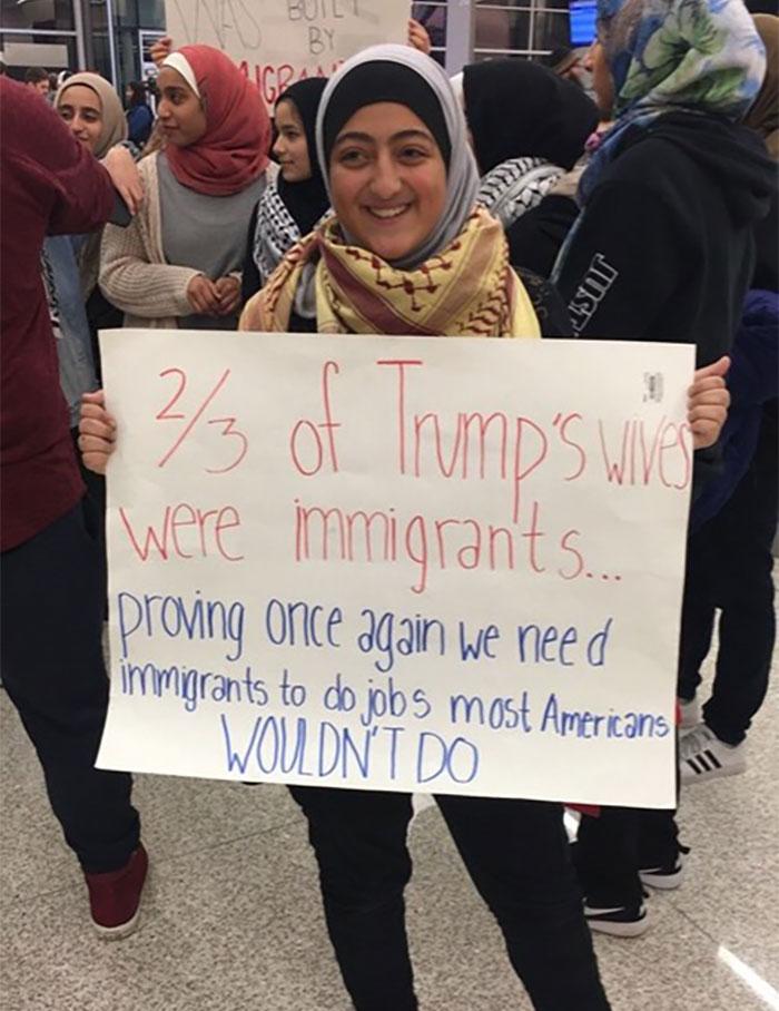 """فتاة عربية ترفع لافتة مكتوب عليها """"غير صحيح أن المسلمين يشغلون ثلثى وظائف أمريكا"""""""